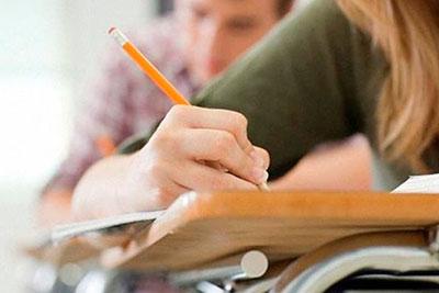 alumnos de una booster learning  en madrid  examinándose  de inglés