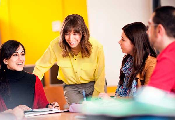 Profesora de alemán dando clases en la academia BLC en zona Manuel Becerra