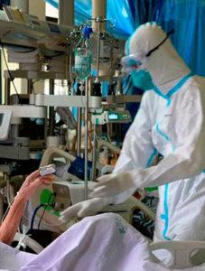 Médico en un hospital durante la pandemia de coronavirus en la promoción Promoción clases de inglés para personal sanitario