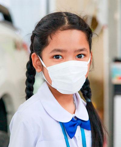 Alumna siguiendo el protocolo sanitario por Covid 19 en Boosters Learning Center